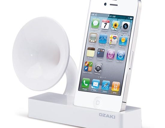 iPhone-4-Docking-Station-With-Speakers