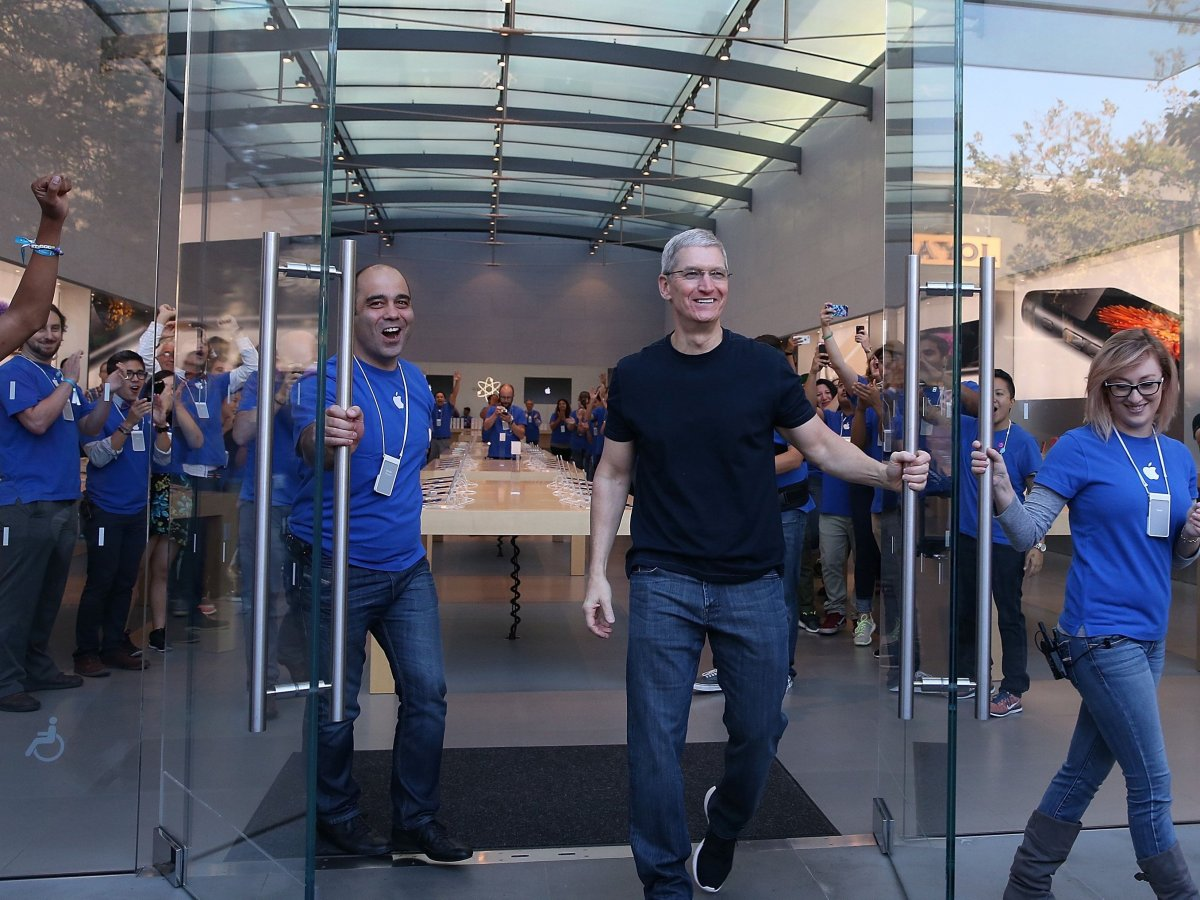 tim-cook-apple-store-3