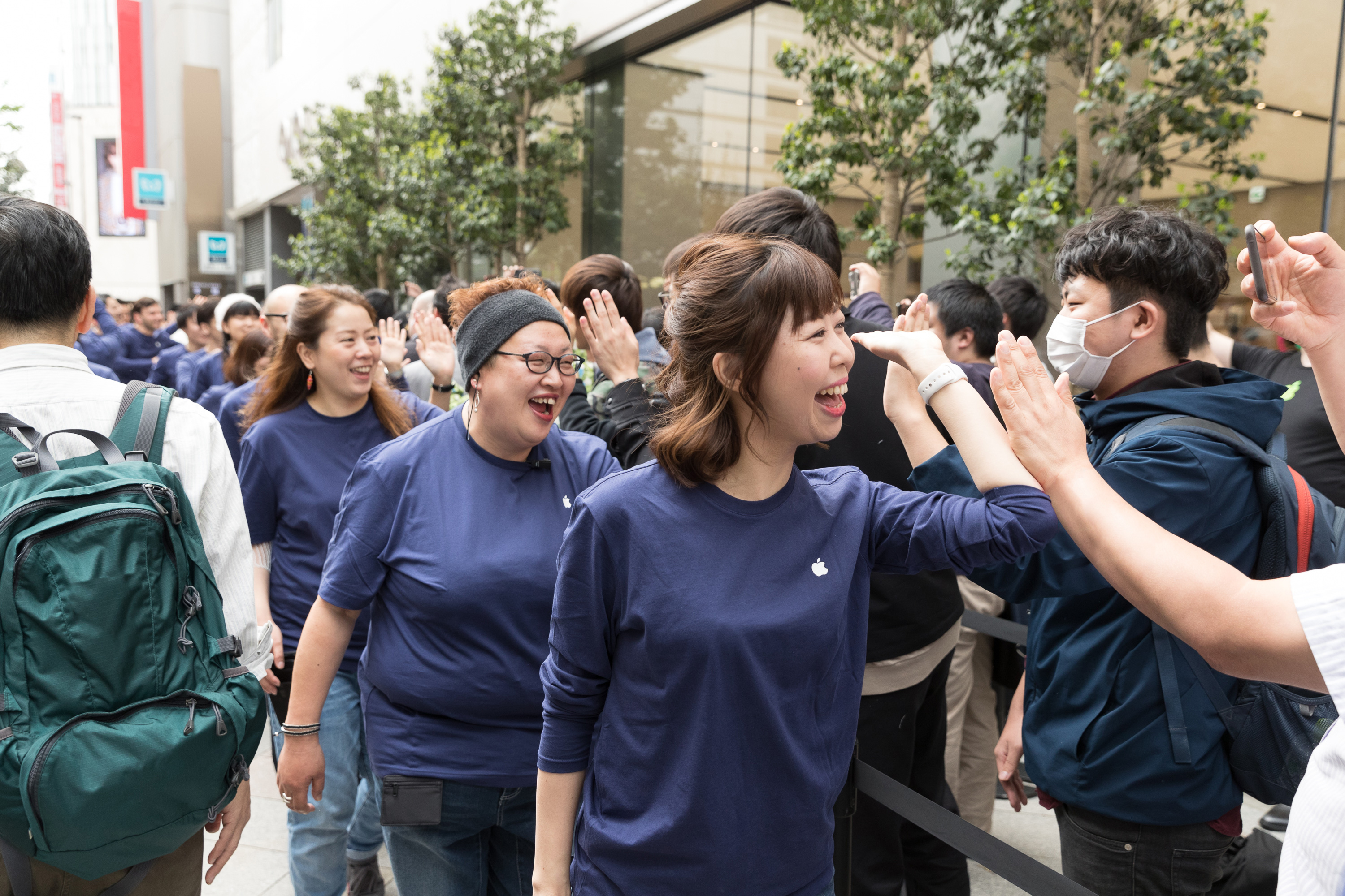 Apple Store Shinjuku Opening Workers Welcome Customers Outside 04062018