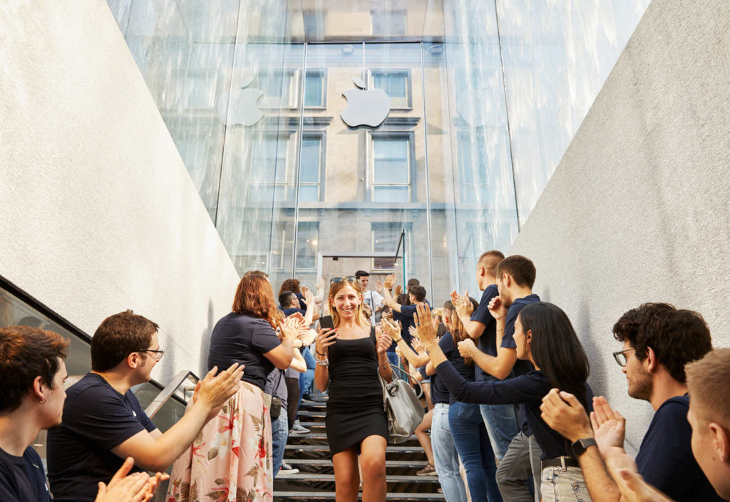 Apple Milan Piazza Liberty Glass Fountain Staircase 07262018