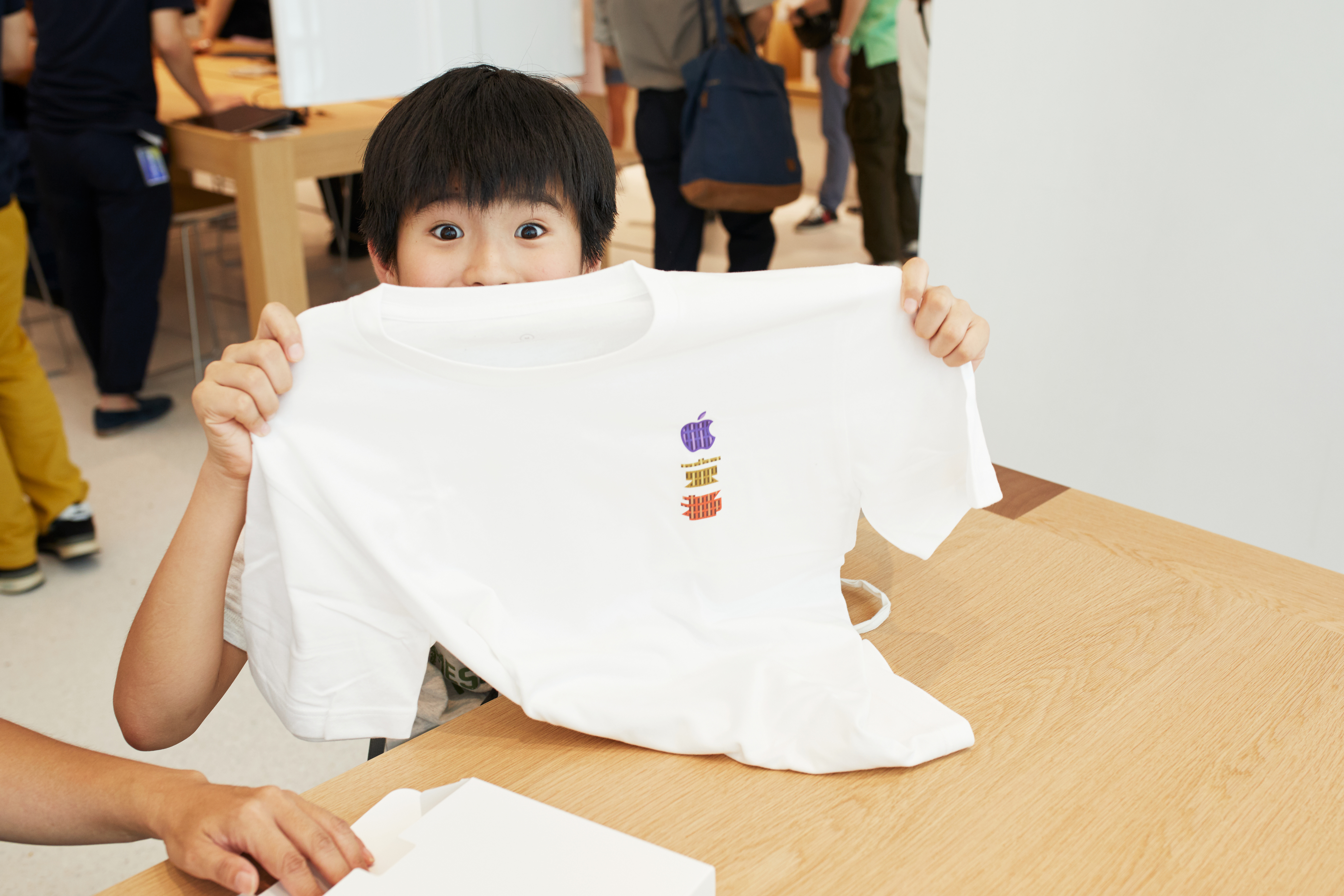 Apple Store Opening Kyoto Shijo Child With Shirt 08252018