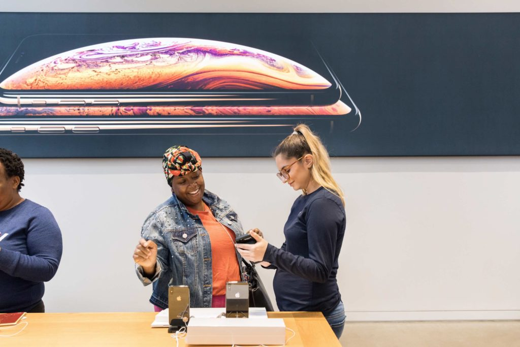 Iphone Xs Apple Watch Series 4 Ny 5th Ave Apple Team Member With Happy Customer 09202018