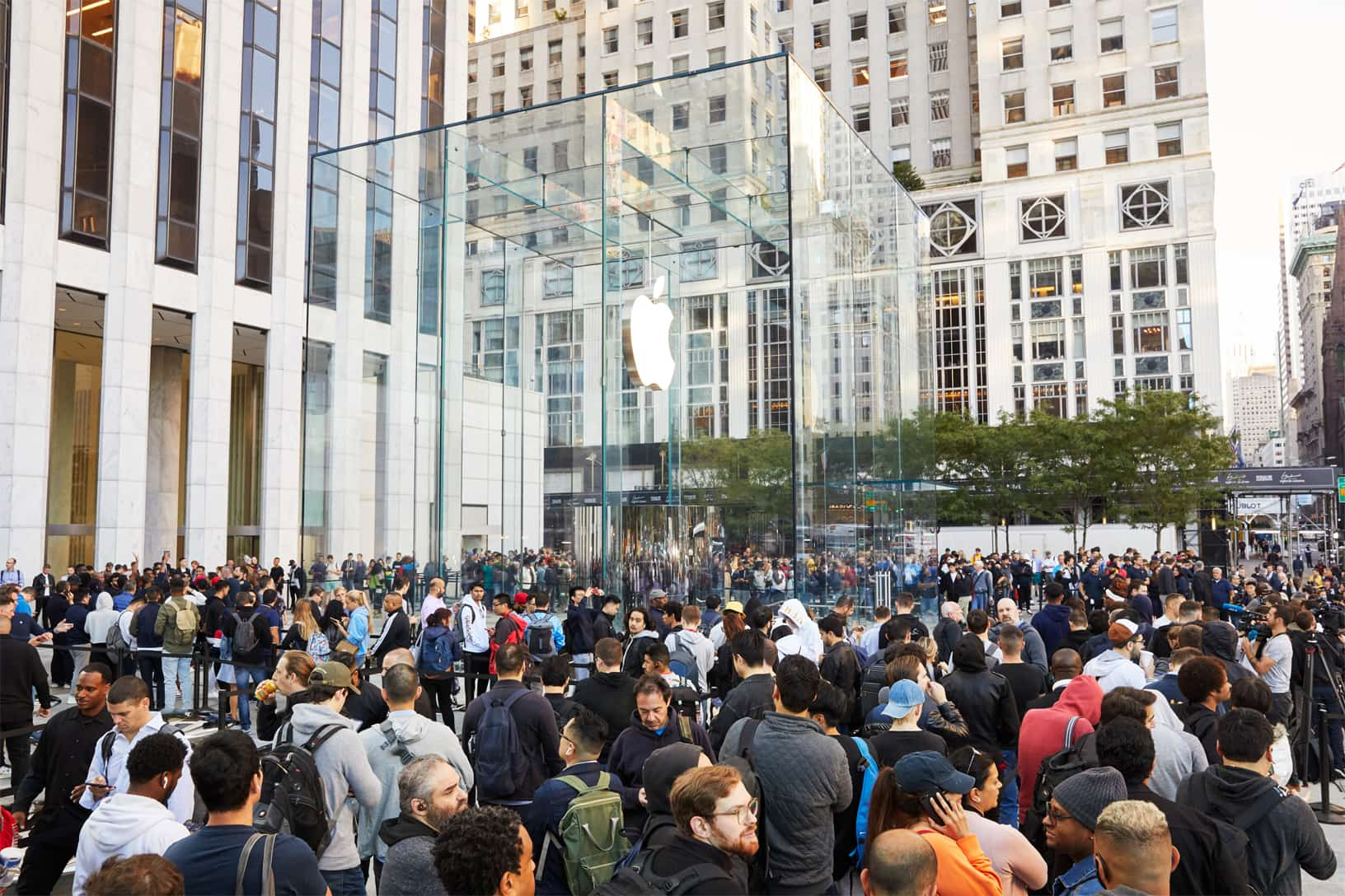 Apple Iphone 11 Pro Apple Watch 5 Availability Ny Exterior Crowd 5th Ave 092019