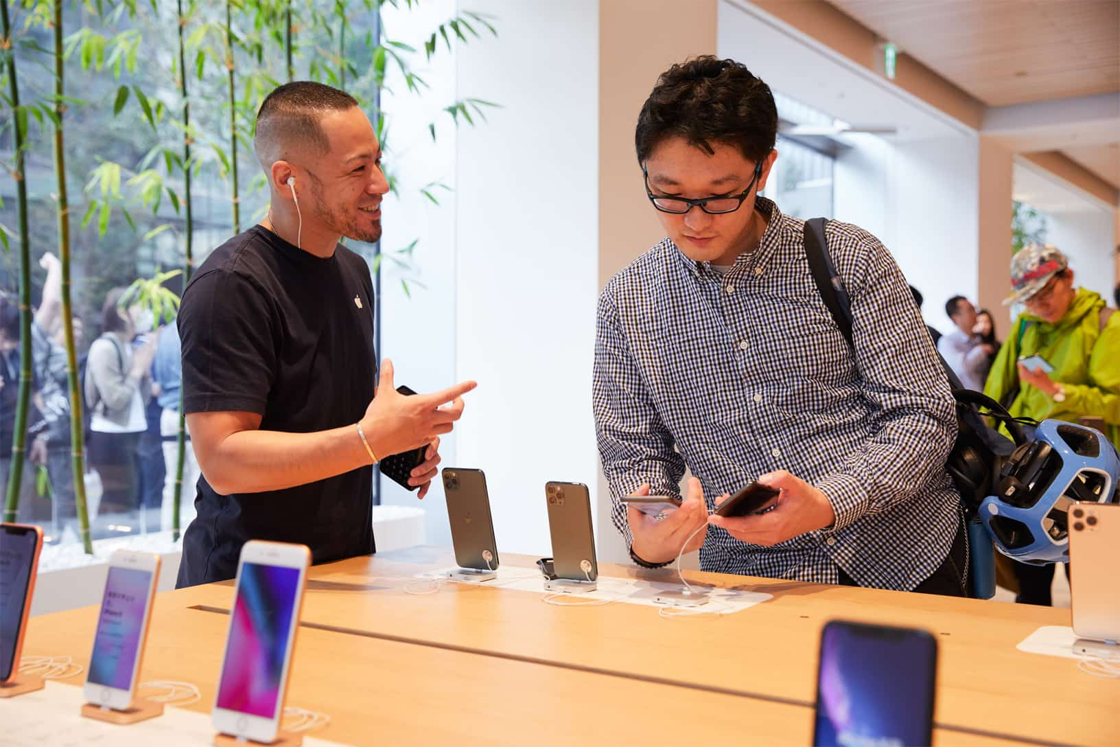 Apple Iphone 11 Pro Apple Watch 5 Availability Tokyo Man With Apple Team Member 092019
