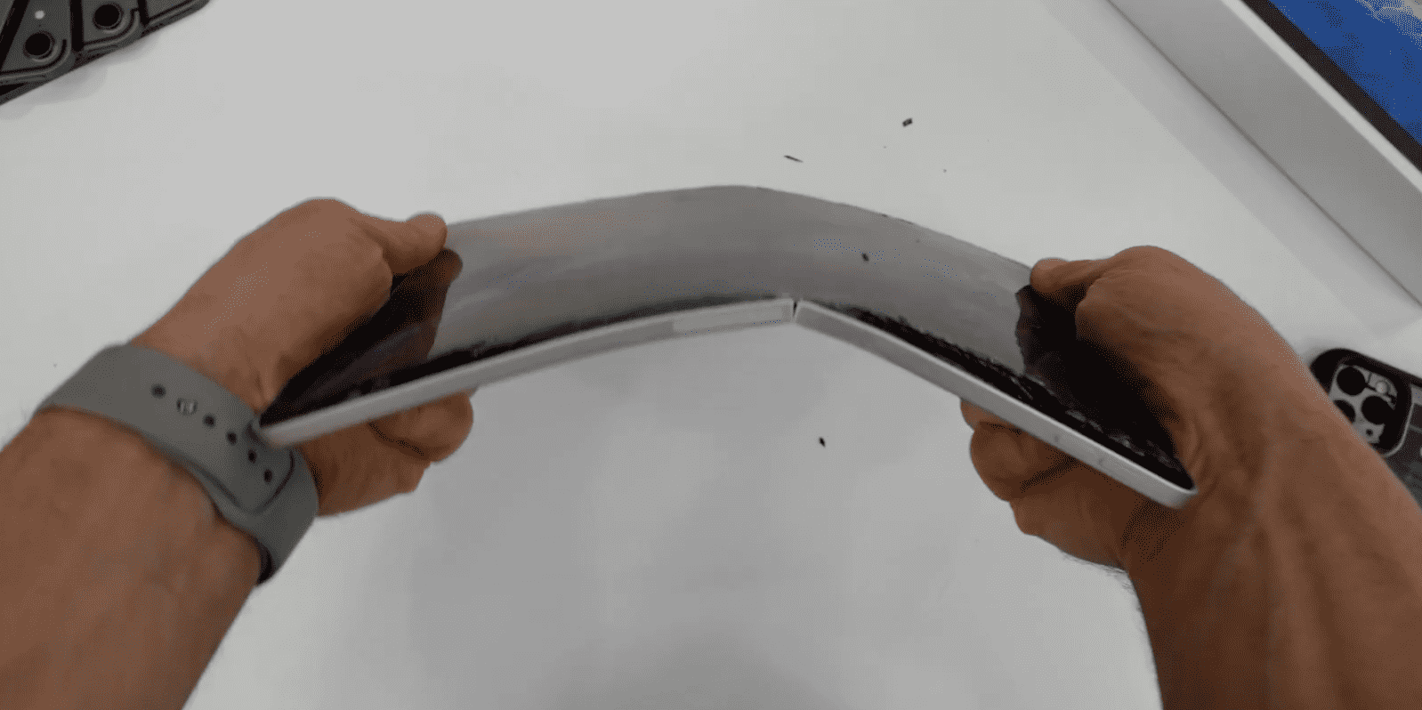 Ipad Pro 2020 Still Bend With Hand Img 1